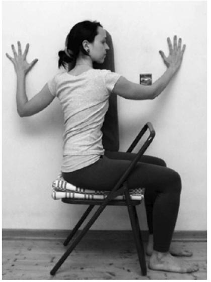 Бхарадваджасанана стуле с валиком под ухо
