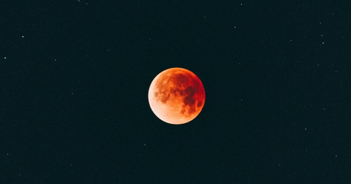 Почему нельзя очень долго смотреть на Луну