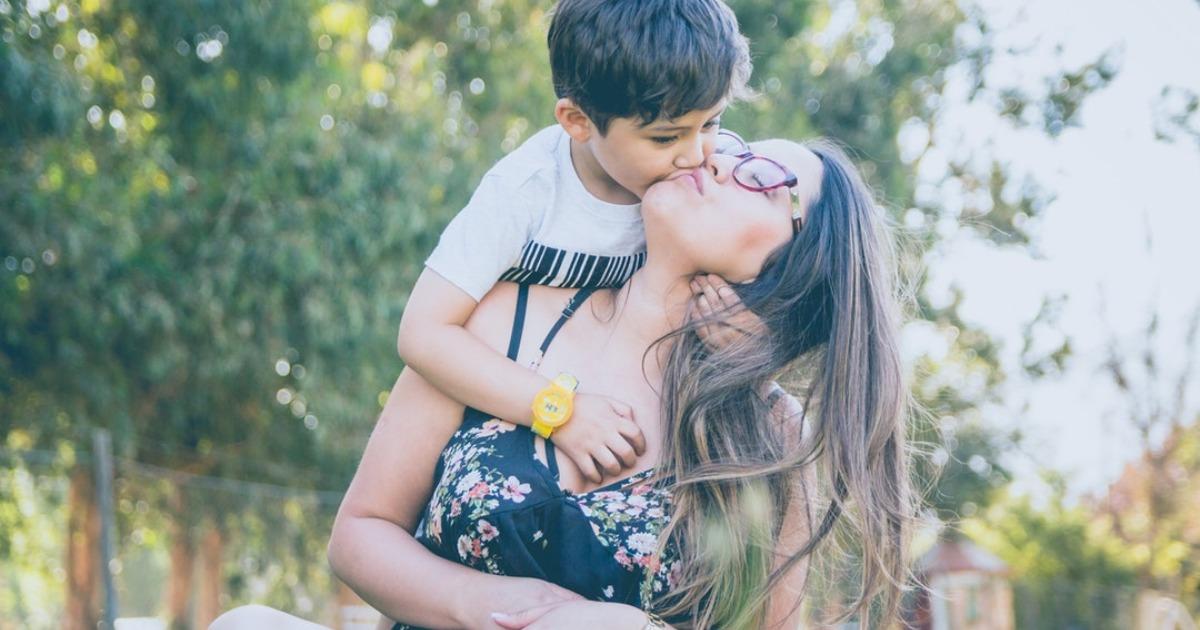 Почему нельзя целовать ребенка в губы: предупреждение от психолога